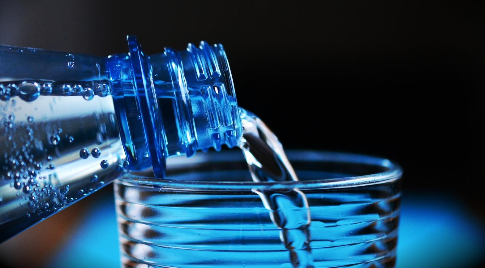 Acqua-bottiglia-plastica-inquinamento