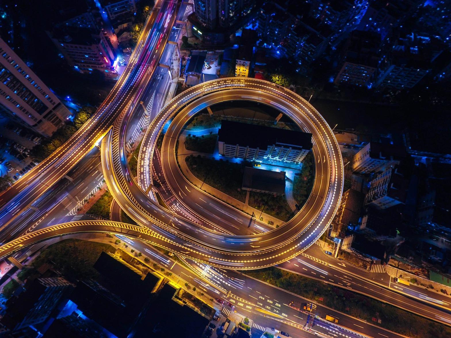 traffico-intenso-metropoli-città-vita-frenetica-inquinamento-tempo-ambiente-stress